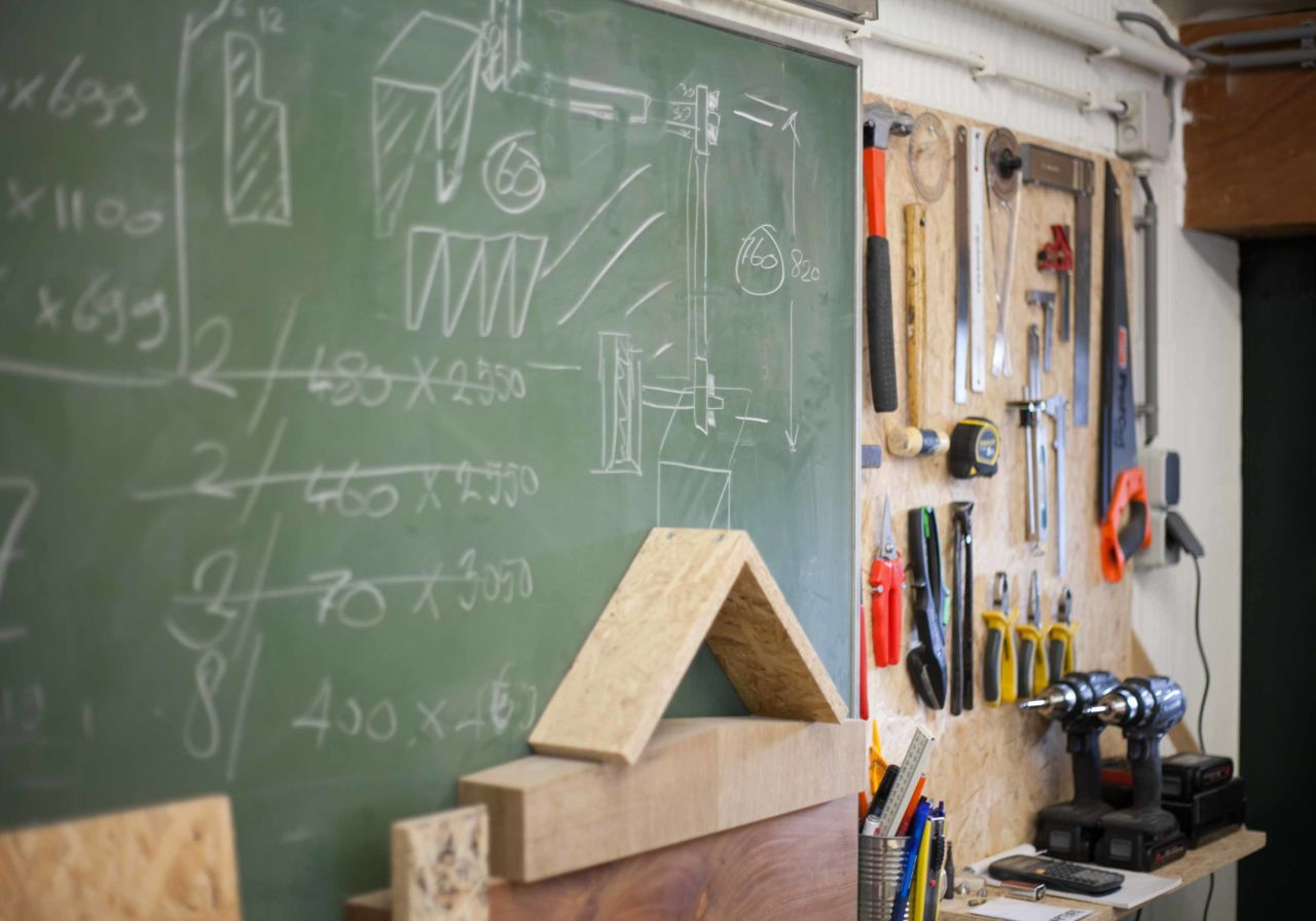 Schoolbord in houtwerkplaats.