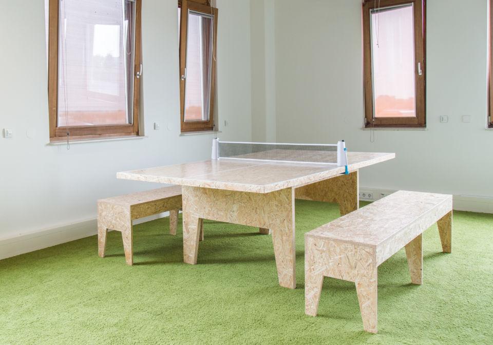 Tafeltennis-/vergadertafel met banken van OSB materiaal.