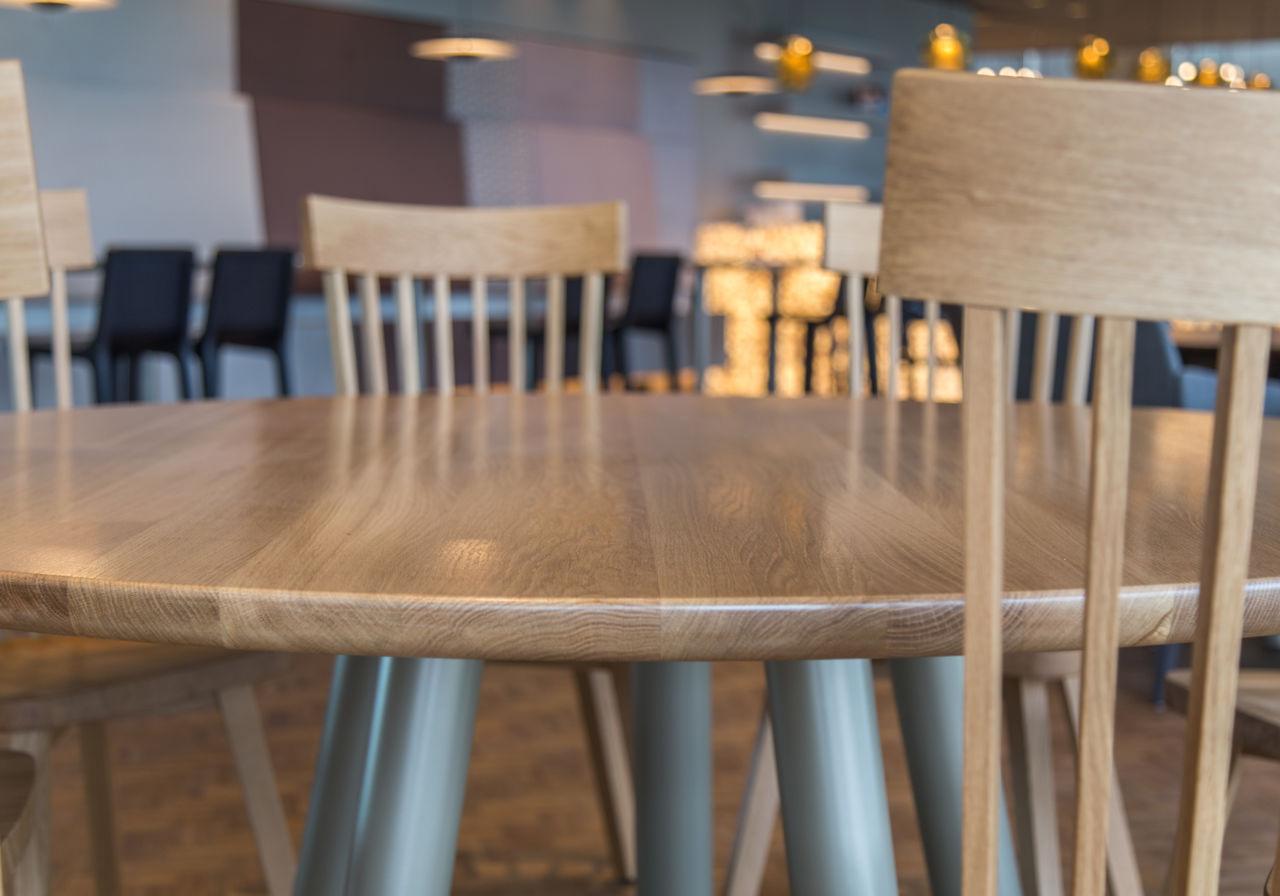 Detail van een ronde tafel van eikenhout.