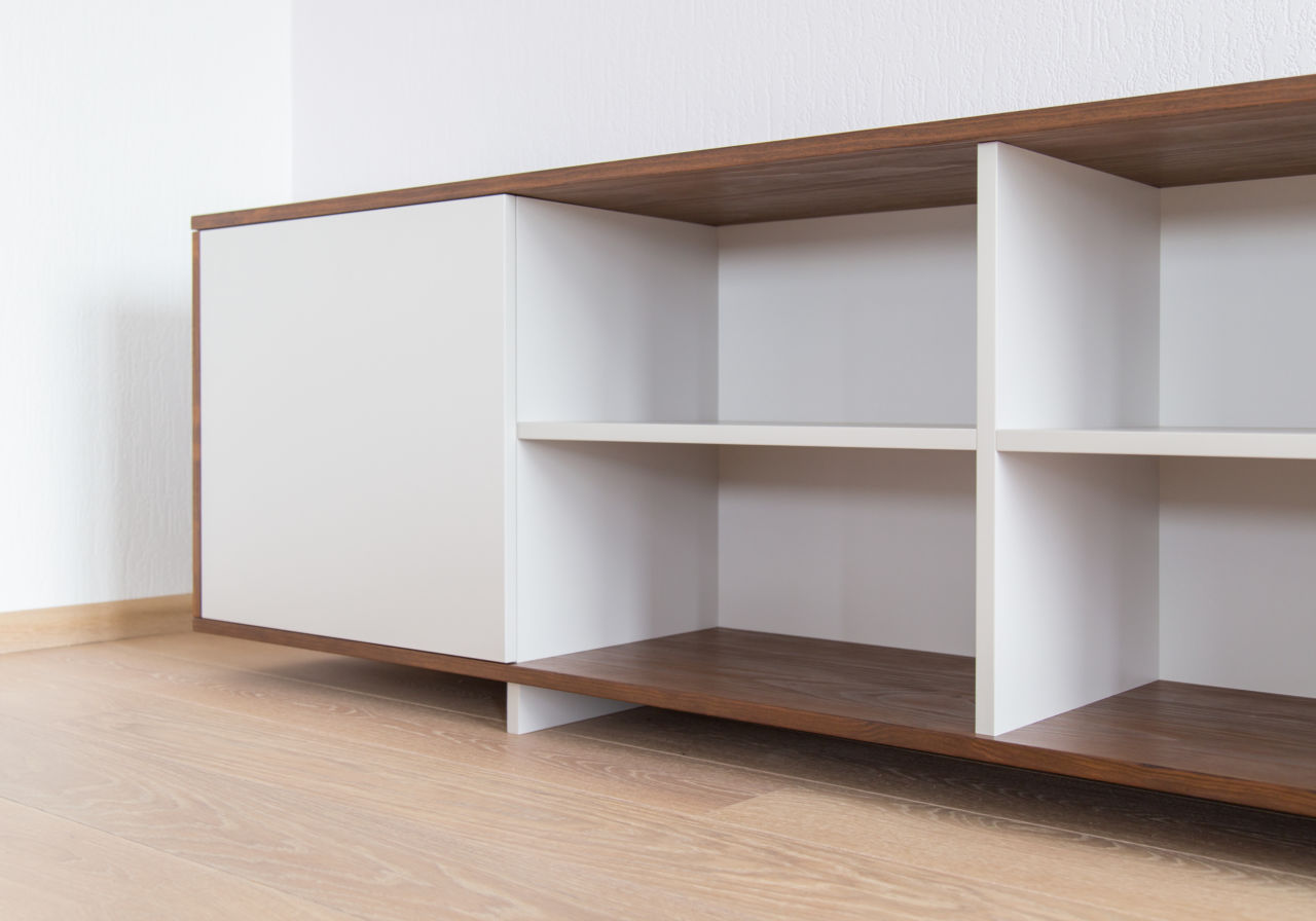 Detail van TV-meubel. Massief hout met plaatmateriaal.