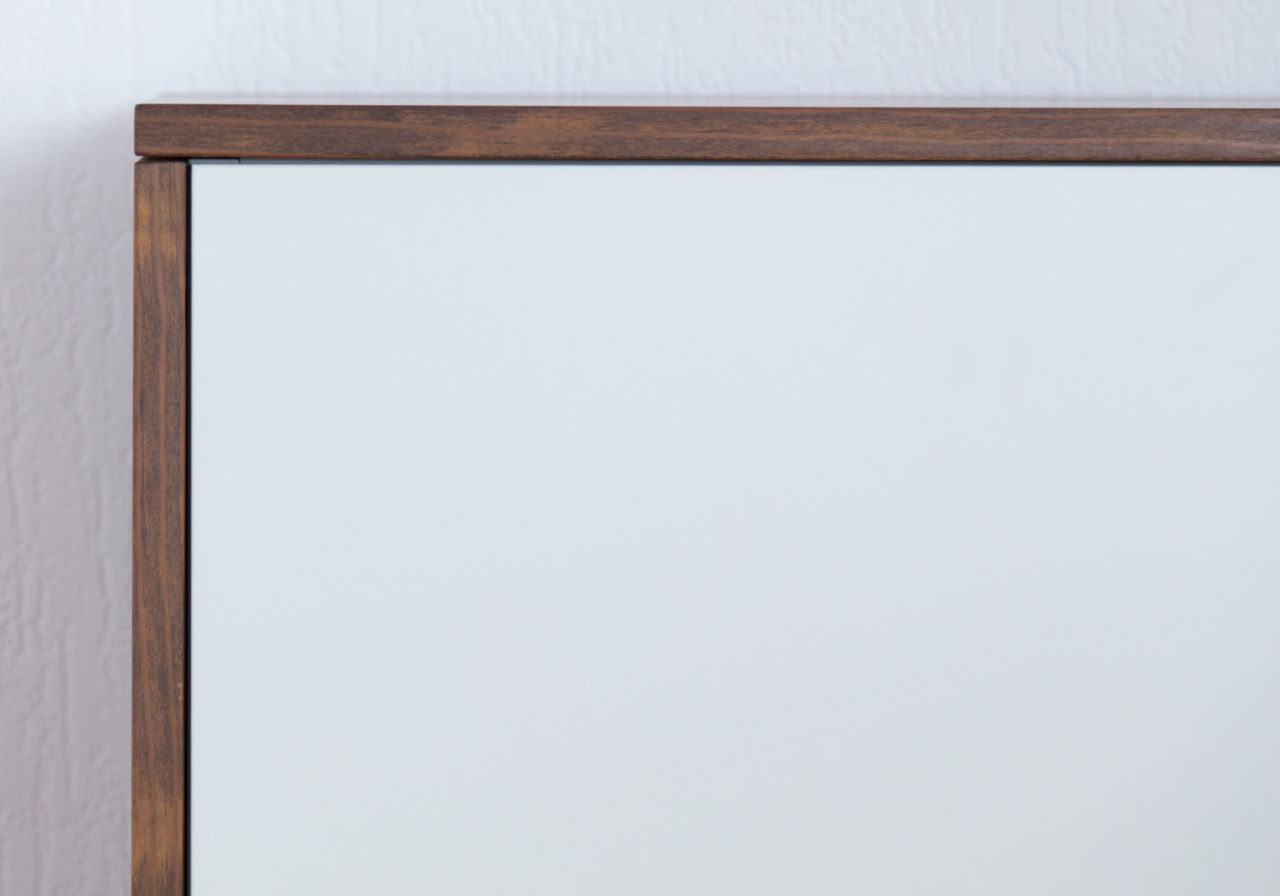 Kader van dennenhout met plaatmateriaal deurtje.