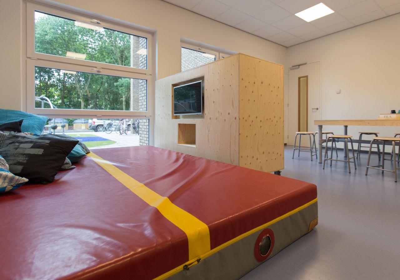 Tv-kast en bureau in één. BSO-ruimte basisschool.