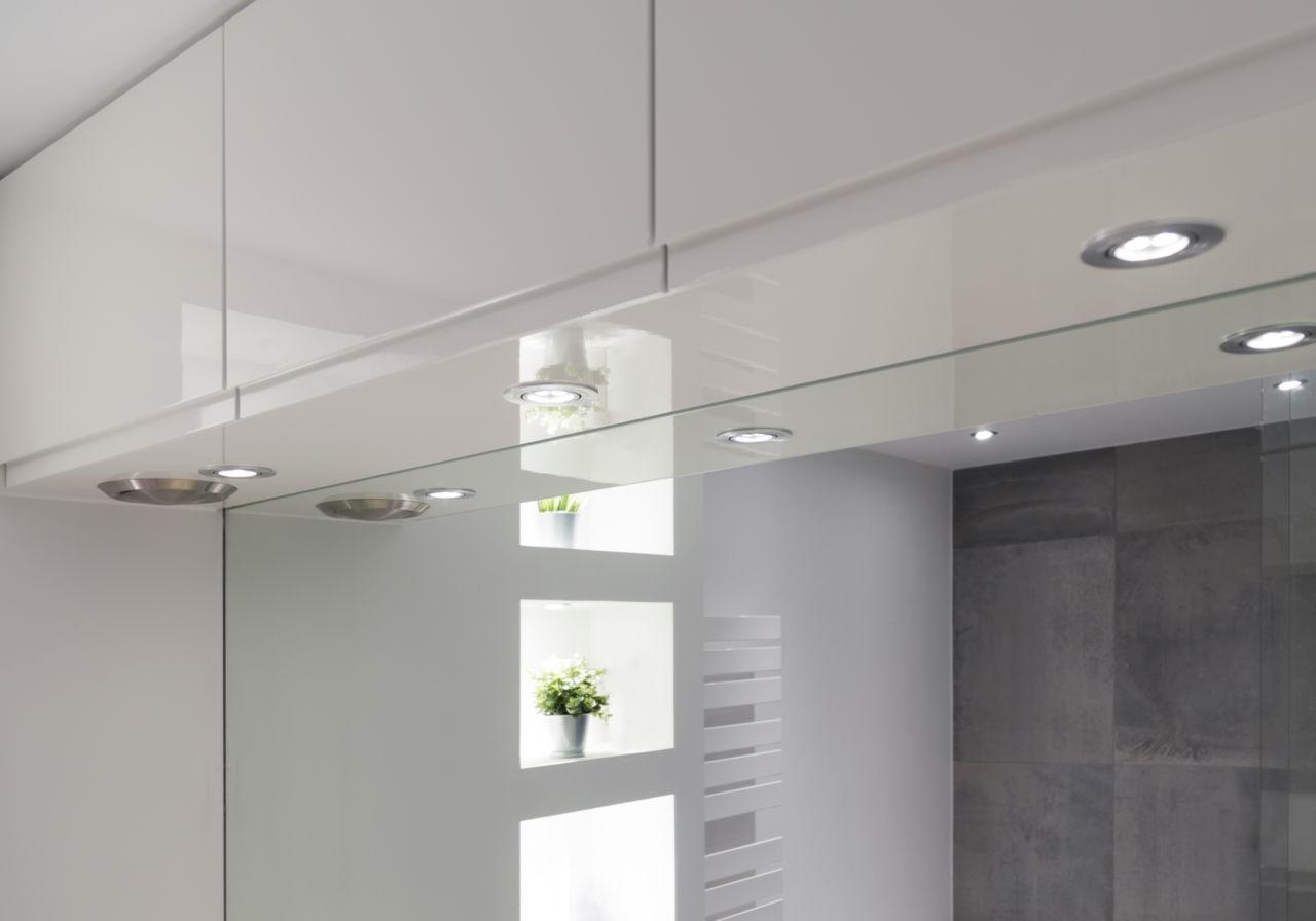 Verlichting in badkamermeubel. Hoogglans gespoten.
