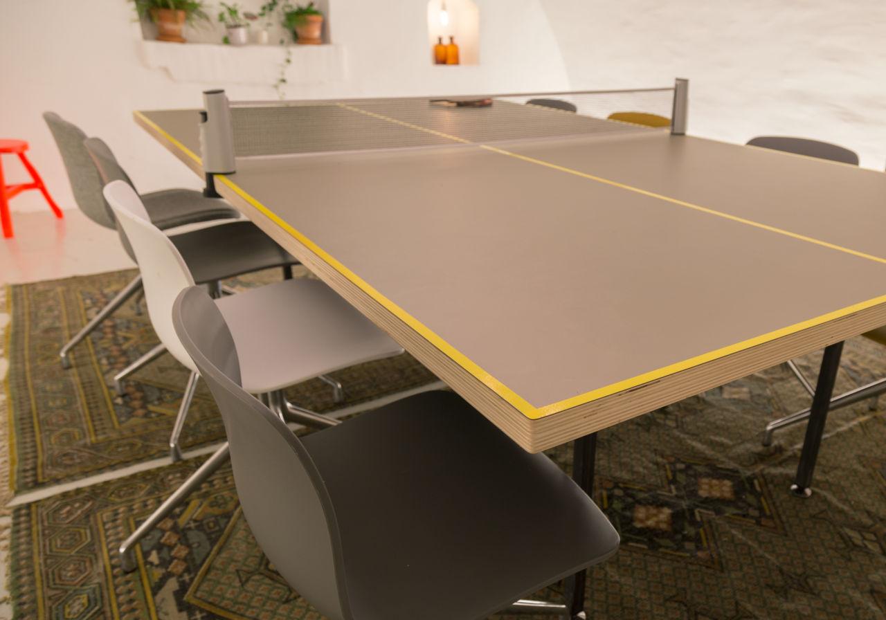Gekleurde belijning van de tafeltennisvergadertafel.