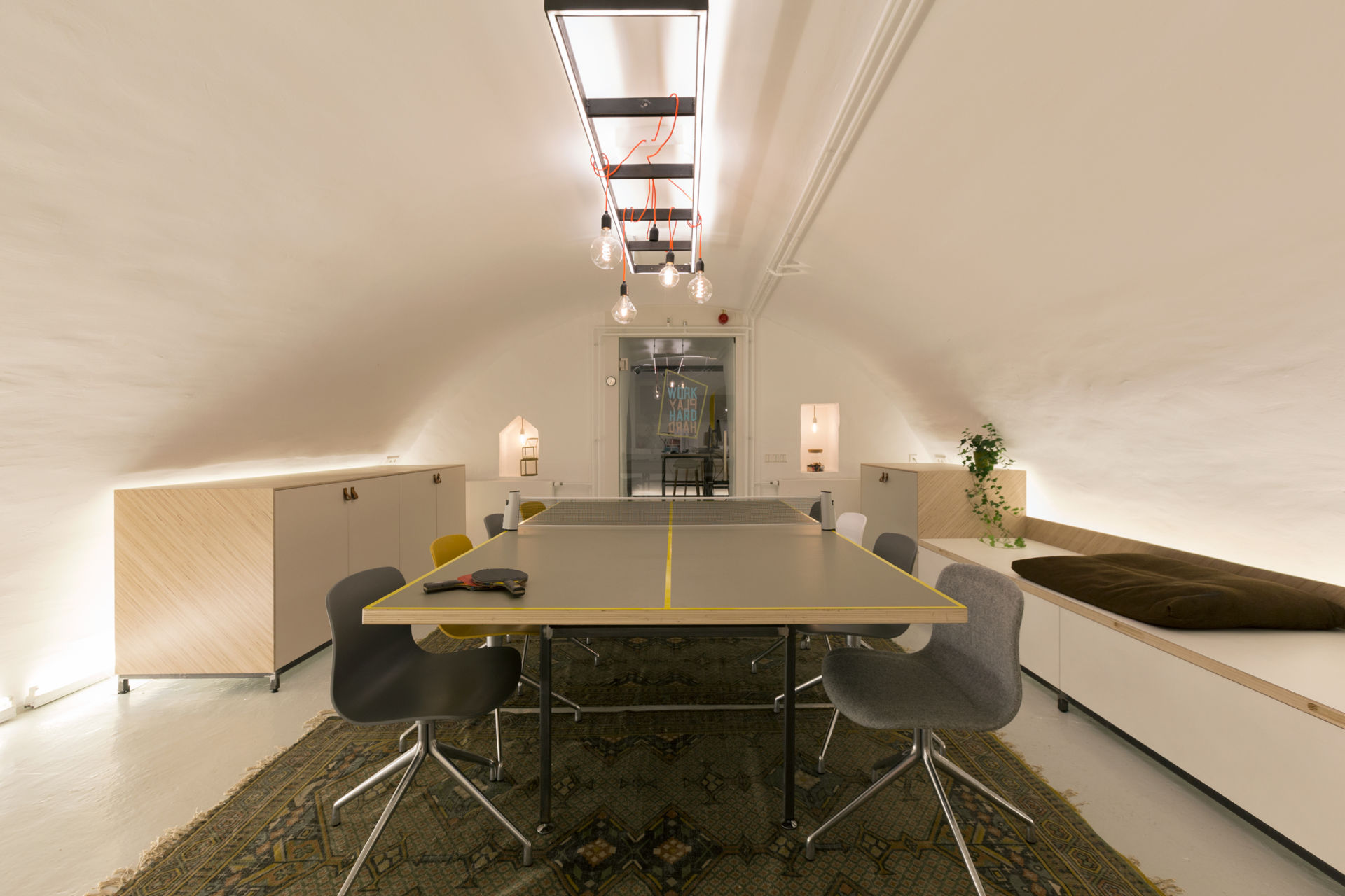 Overzicht van de creatieve ruimte in een kantoor. Spelen en werken.