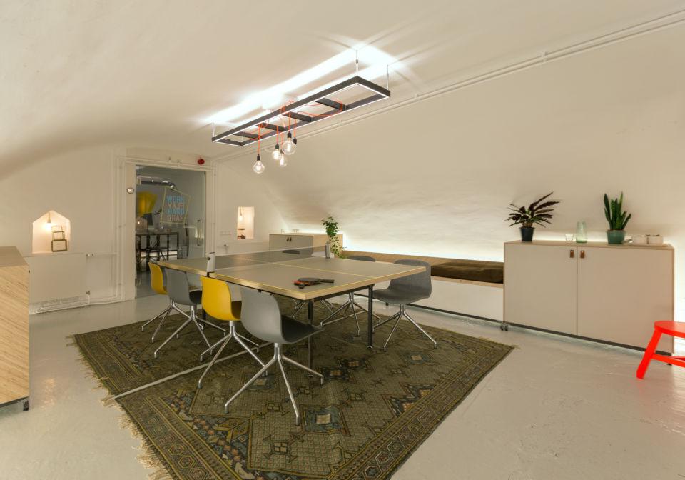 Tafeltennisvergadertafel en kasten op maat in creatieve vergaderruimte.