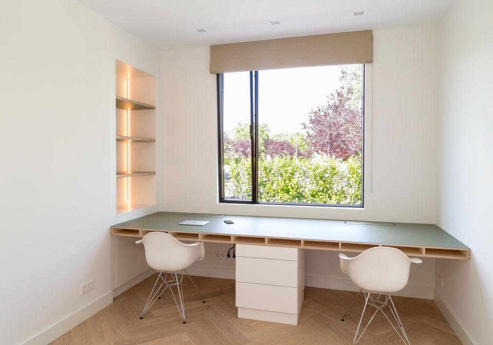 Maatwerk bureau van multiplex met linoleum toplaag.