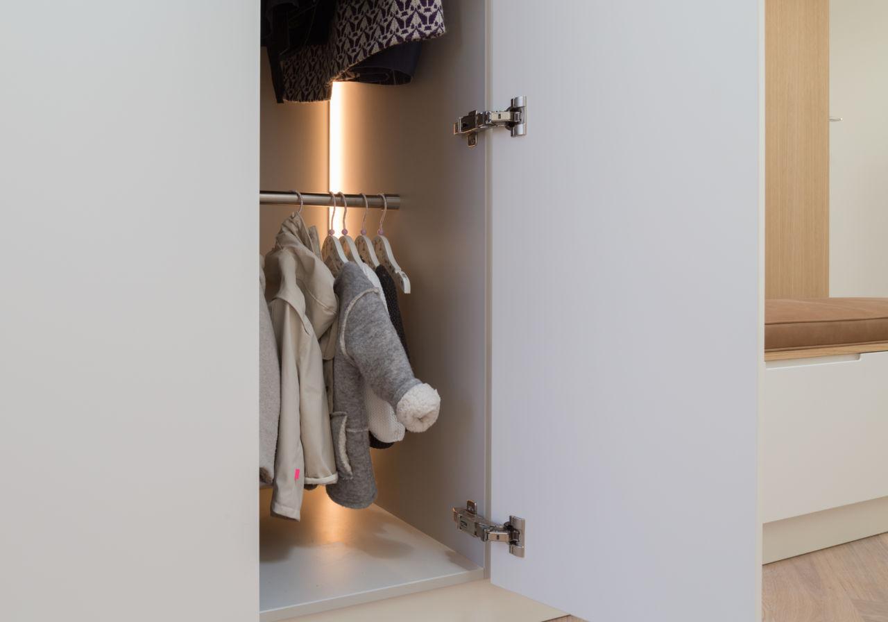 Automatische LED verlichting garderobekast.